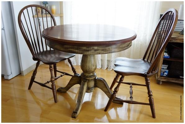 Table ronde et chaises Windsor